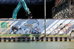 Wandmalerei / Graffiti, Alter Hafen in Münster - Abrissbagger an den Osmo-Hallen.