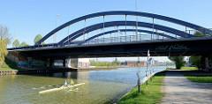 Ruderboot auf dem Dortmund-Ems-Kanal in Münster - Kanalbrücke / Bogenbrücke am Albersloher Weg.