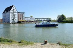 Blick vom Alten Hafen in Münster zum Dortmund Ems Kanal - ehem. Speichergebäude und Polizeiboot in Fahrt.