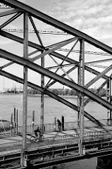 Stahlkonstruktion der alten Harburger Elbbrücke über die Süderelbe.