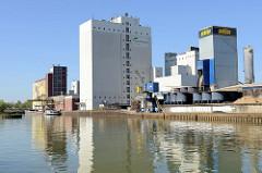 Hafenanlage beim Dortmund-Ems-Kanal in Münster - Verladeeinrichtung / Kran, Industriearchitektur am Hafenrand.