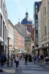 Blick durch die Fussgängerzone der Salzstraße zur Katholischen Universitätskirche in Münster.