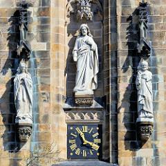 Skulpturen / Zifferblatt am Kirchturm der Herz Jesu Kirche in Münster, erbaut 1900 - Entwurf Architekt Wilhelm Rincklade.