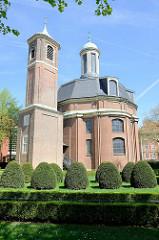 Clemenskirche in Münster - barocker Kirchenbau, 1753 für die Barmherzigen Brüder errichtete Kloster- und Hospitalkirche; Entwurf Johann Conrad Schlaun. Barocke Gartenanlage mit Buchsbaumkegeln / Buchsbaumhecken.