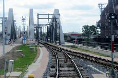 Fahrt des Museumszugs Fridolin auf den Gleisen der Hamburger Hafenbahn - Blick auf die neue Rethehubbrücke in Hamburg Wilhelmsburg.