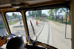 Fahrt mit dem Museumzug Fridolin auf den Gleisen der Hamburger Hafenbahn - ein Beifahrer sichert eine Straßenüberquerung bei der Ellerholzsschleuse.