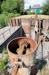 Mechanik, Zahnrad zum Bewegen des alten Holzstemmtors der Schleuse beim Schmidtkanal in Hamburg Wilhelmsburg.  Die Schleuse trennt den äusseren Schmidtkanal vom Inneren Schmidtkanal. Der Kanal wurde 1895 von den Gebrüdern Schmidt gebaut; der Inn
