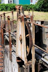 Mechanik, Zahnrad zum Bewegen des alten Holzstemmtors der Schleuse beim Schmidtkanal in Hamburg Wilhelmsburg.  Die Schleuse trennt den äusseren Schmidtkanal vom Inneren Schmidtkanal. Der Kanal wurde 1895 von den Gebrüdern Schmidt gebaut; der Inne