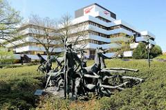 Bronzeskulptur, die Taten des Herkules - Bernhard Kleinhans, 1973; Verwaltungsgebäude der LBS in Münster.
