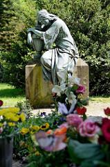 Bronzeskulptur Trauernde Frau mit Urne - anonymer Urnenhain auf dem Ohldsorfer Friedhof.
