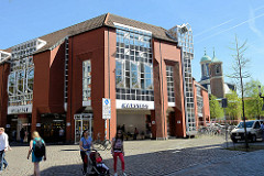 Kaufhausarchitktur in der Innenstadt von Münster - Gebäude von Karstadt.