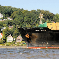 Bug des Containerfrachters Bellavia auf der Elbe vor Hamburg Blankenese.