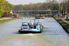 Die Binnenschiffe Serfra und Thekla in Fahrt auf dem Dortmund-Ems-Kanal in Münster.