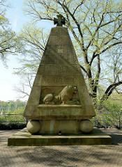 Kriegsdenkmal / Dreizehner-Denkmal in Münster, 1925 eingeweiht - Inschrift EHRE DEN TOTEN BEIDER WELTKRIEGE TREUE UM TREUE.