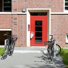 Eingangangstür am Neubau der abgerissenen sogen. ELISA-Häuser in Hamburg Hamm; mehrstöckige Backsteinarchitektur / Balkons in der Sonne  - Am Elisabethgehölz