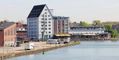Blick über den Dortmund-Ems-Kanal in Münster zum Speichergebäude am Alten Hafen.
