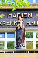 Marienskulptur am Eingang vom Marienkrankenhaus in Hamburg Hohenfelde. Erbaut 1882 - Architekt Martin Haller; Skulptur Ludwig Kunstmann.