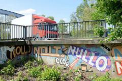 Auffahrt zur Billhorner Brückenstraße in Hamburg Rothenburgsort; Graffit an der Brückenmauer.
