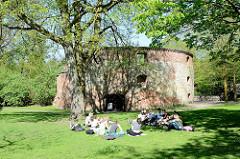Zwinger in Münster; Teil der ehem. Stadtbefestigung. Nach 1620 Nutzung als Rossmühle zum Mahlen von Schwarzpulver - ab ca. 1732 Nutzung als Zuchthaus. In der Zeit des Nationalsozialismus war er sowohl Gefängnis als auch Hinrichtungsstätte der Ge