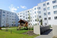 Innenhof vom Neubau der abgerissenen sogen. ELISA-Häuser in Hamburg Hamm; Kinderspielplatz und Mülltonnen.