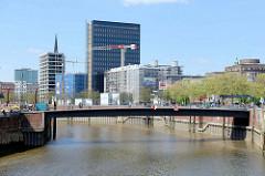 Blick über den Zollkanal zum Wandrahmsteg und der Baustelle beim ehem. Spiegelgebäude in der Hamburger Altstadt.