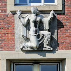 Skulptur über dem Eingang vom Institut für Biologie und Biotechnologie der Pflanzen in Münster.