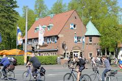 Fahrradkreuzung an der Promenade beim Stadtgraben von Münster - im Hintergrund Restaurant und Biergarten.