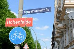 Rotes Stadtteilschild mit weisser Schrift - Hamburgs Stadtteil Hohenfelde, Stadtteilgrenze Hasselbrookstraße.