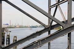 Stahlkonstruktion der alten Harburger Elbbrücke über die Süderelbe; im Hintergrund Industrieanlagen in Hamburg Harburg.