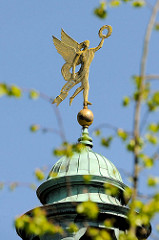 Kuppel mit Hermesfigur vom fürstbischöfliches Schloss in Münster; erbaut 1767 - 1787 im Stil des Barock erbautes Residenzschloss für Münsters vorletzten Fürstbischof Maximilian Friedrich von Königsegg-Rothenfels. Der Architekt war Johann Conrad