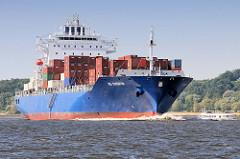 Der Container Feeder  HS Chopin fährt mit seiner Containerladung auf der Elbe Richtung Hamburger Hafen.