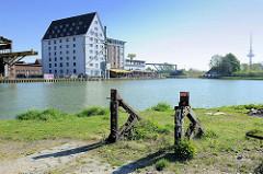 Alter Prellbock der Hafenbahn im Hafen von Münster - im Hintergrund ehem. Speichergebäude und Dortmund-Ems-Kanal.