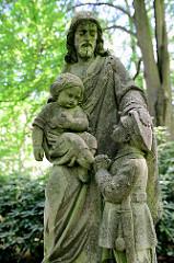 Grabskulptur auf dem Ohlsdorfer Friedhof; Jesus segnet einen Jungen in Militäruniform - Grab eines Kriegsgefallenen 1915.