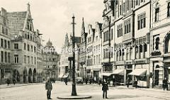 Historische Ansicht vom Roggenmarkt in Münster - Giebelhäuser und Geschäfte mit Markisen; Polizist mit Pickelhaube.