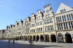 Häuserzeile mit Bogengängen am Prinzipalmarkt in Münster. Reihe von Giebelhäusern - alle Giebel sind unterschiedlich gestaltet. Im Zweiten Weltkrieg wurden die meisten Gebäude des Prinzipalmarktes fast völlig zerstört - ab 1947 Wiederaufbau.