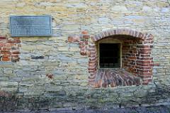 Fenster / Gedenktafel - Mauer vom Zwinger in Münster; Teil der ehem. Stadtbefestigung. Nach 1620 Nutzung als Rossmühle zum Mahlen von Schwarzpulver - ab ca. 1732 Nutzung als Zuchthaus. In der Zeit des Nationalsozialismus war er sowohl Gefängnis
