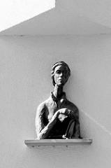 Büste, Frauenskulptur an einer Hausfassade in der Lambertistraße von Münster.