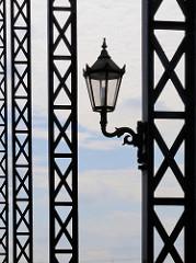 Historische Laterne an der Eisenkonstruktion der Harburger Elbbrücke.