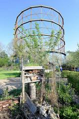 Gasometer in Münster, errichtet 1954 - stillgelegt 2005; die Glockenkonstruktion des Teleskopgasbehälters steht als technisches Denkmal unter Denkmalschutz. Im Vordergrund ein Insektenhotel.