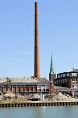 Abriss am Alten Hafen in Münster - Fabrikschornstein und Kirchturm.