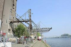 Stillgelegte Kaianlage mit Ladekränen an der Maas in Maastricht / Biesenwal.