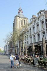 Strassencafé in der Boschstraat von Maastricht; Kirchturm der katholischen St. Mathias Kirche / Sint Matthiaskerk.