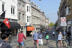 Geschäftshäuser / Wohngebäude - Fahrradfahrer in der Wycker Brugstraat in Maastricht.