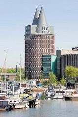 Marina / Stadthafen von Roermond an der Maas - Sportboote liegen am Steg, im Hintergrund  der Natalini Turm, 63 m hoher Büroturm. / Bürokomplex, Entwurf von den Architekten Adolfo Natalini  in Zusammenarbeit mit dem Architektenbüro Abken Schrauwe