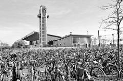 Parkplatz für Fahrräder am Bahnhof von Venlo; das Empfangsgebäude entstand 1958 - Architekt  Koen van der Gaast.