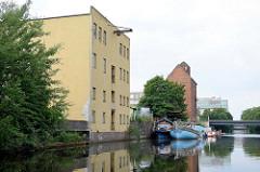 Historische Industriearchitektur am Mittelkanal in Hamburg Hammerbrook - alte Speichergebäude am Kanalufer des Mittelkanals.