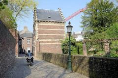 Schmale Straße, eingegrenzt mit Mauern - Wohnhäuser in der Bonnefantenstraat von Maastricht.