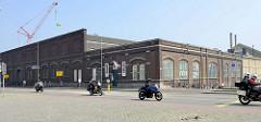 Backsteingebäude einer alten stillgelegten Möbelfabrik am Bassin von Maastricht - jetzt Nutzung u. a. als Konzertsaal.
