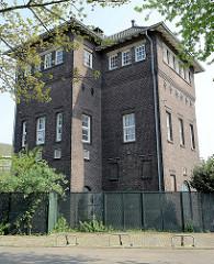 Backsteingebäude / Gewerbearchitektur in der Gebroders Hermansstraat von Maastricht.