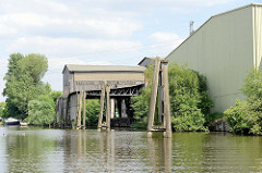 Altes Holzlagerhaus mit überdachtem Liegeplatz für die Frachtschiffe / Binnenschiffe, damit die Ladung im Trockenen gelöscht werden kann.